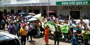 Trabajadoras de los Hogares Infantiles del ICBF frente a la sede de la institución.