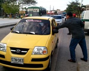 Repartiendo el volante a los taxistas que pasaban por el lugar de la protesta.