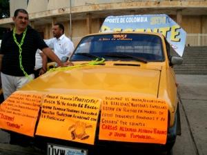 Rafael Álvarez con su taxi tipo Dacia.