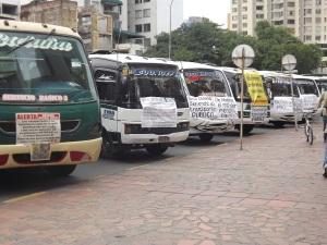 Busetas en cese de actividades al frente de la torre de la alcaldía