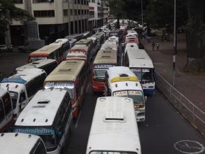 Concentración de buses parqueados al frente de el Centro Administrativo Municipal CAM